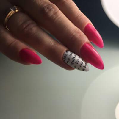 Фото длинных ногтей с розовым маникюром и печатью